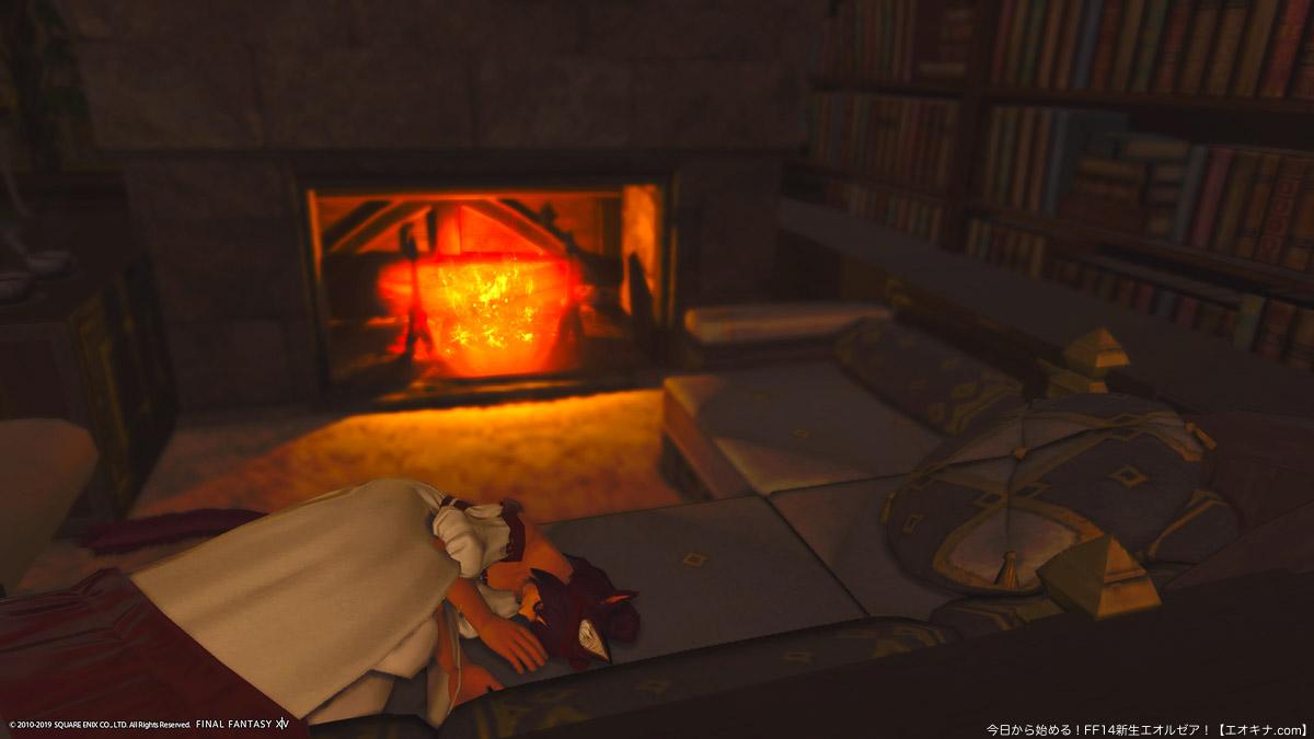 暖炉を囲うように設置したソファーの上で横になるミコッテ女性。照明が消えた部屋で、暖炉の炎だけが赤く光っている。(FF14)