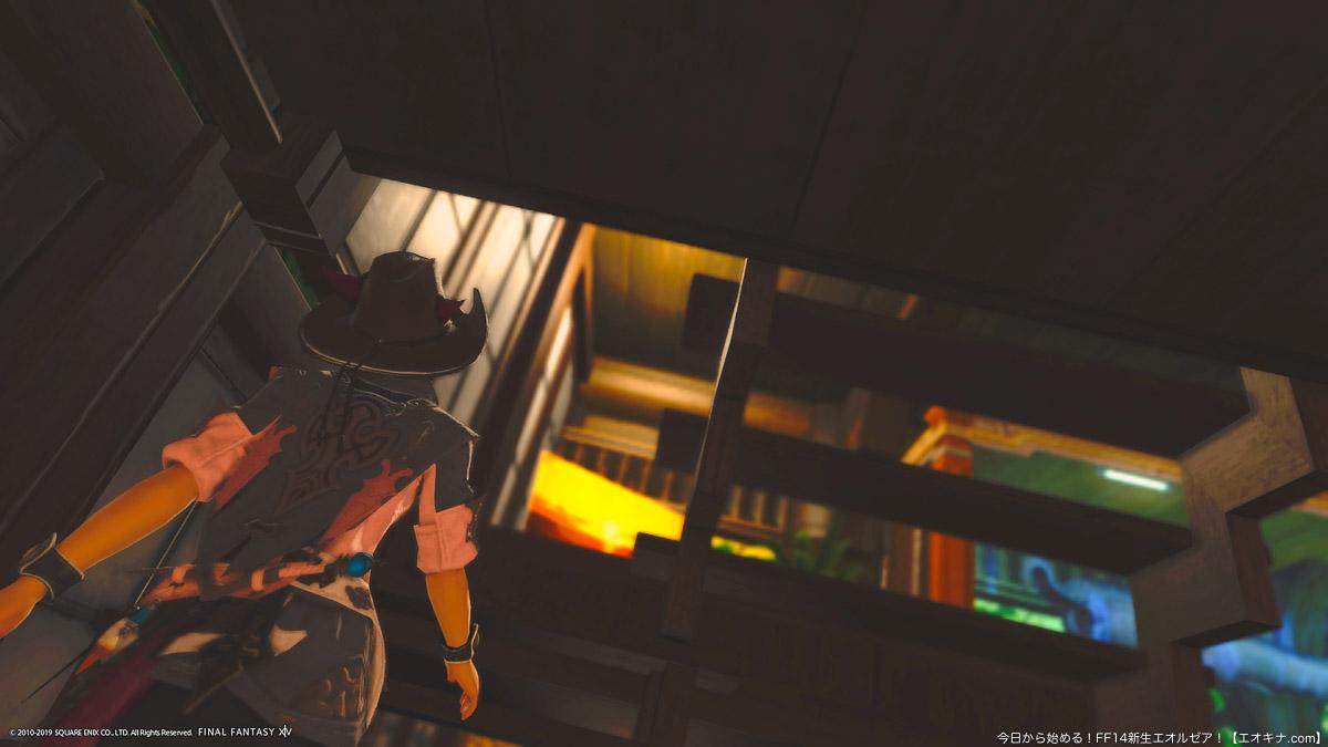 ハウジングで、ロフトへ繋がる階段を登っているミコッテ女性の後ろ姿。(FF14)