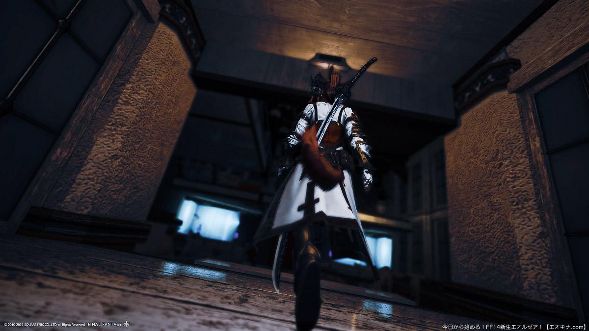 ハウジングの個室に戦闘から帰ってきたミコッテ暗黒騎士の後ろ姿。スカラタンク装備。(FF14)