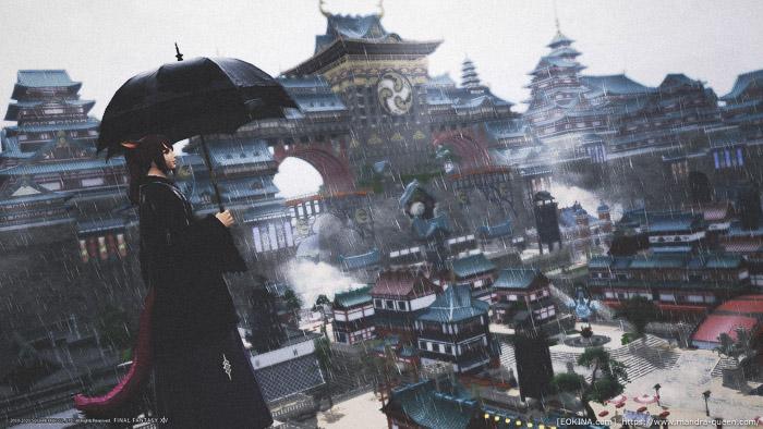 雨の降るクガネの街で傘をさして立っているミコッテ。(FF14)