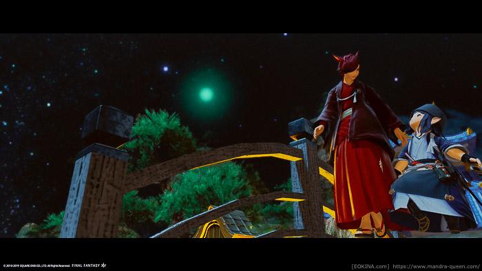 夜のシロガネの街を散歩するミコッテとララフェル。(FF14)