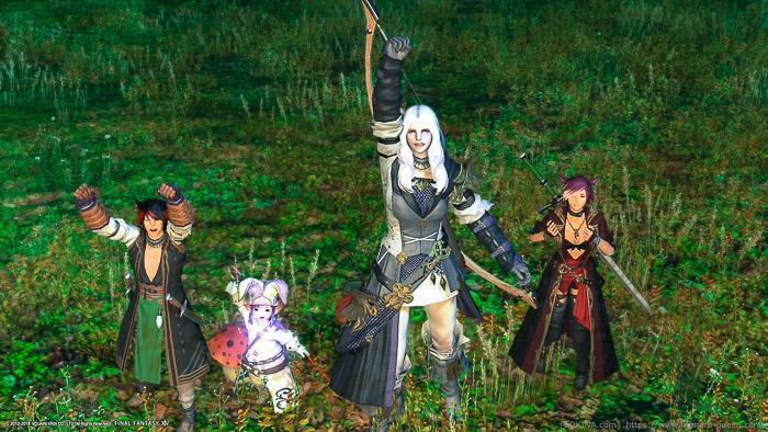 ミコッテ、ララフェル、ルガディンの4人が黒衣森でポーズをとっている記念写真。(FF14)