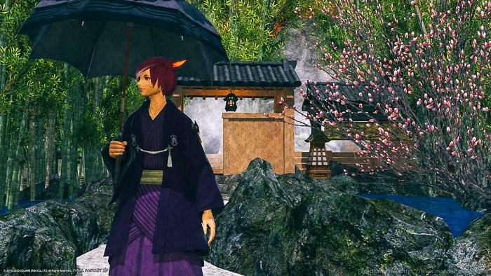 露天風呂へ続く小道を背景に傘をさして歩く、和服のミコッテ。(FF14)