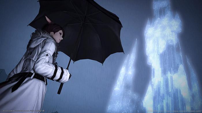 雨の降るクリスタリウムのクリスタルタワーを背景に、傘をさしてたたずむミコッテ。薄暗く静かな印象のSS。(FF14)