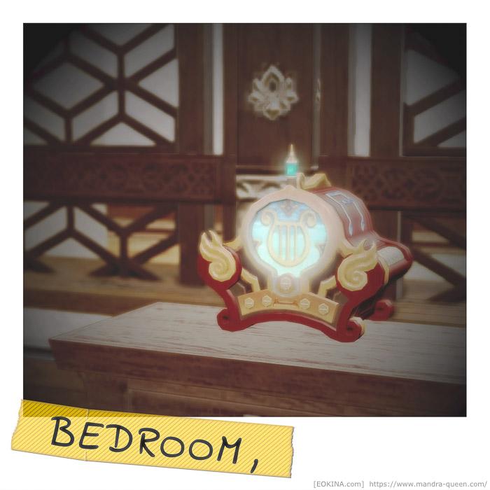 ベッドルームに置かれた卓上オーケストリオンを撮影したインスタント写真風SS。BEDROOMと書かれたマスキングテープが貼られている。(FF14)