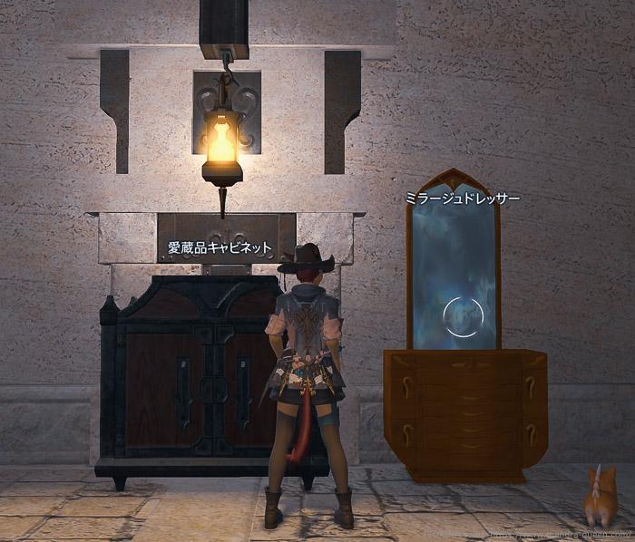 冒険者小隊の部屋にある愛蔵品キャビネットの前に立つミコッテの後ろ姿。