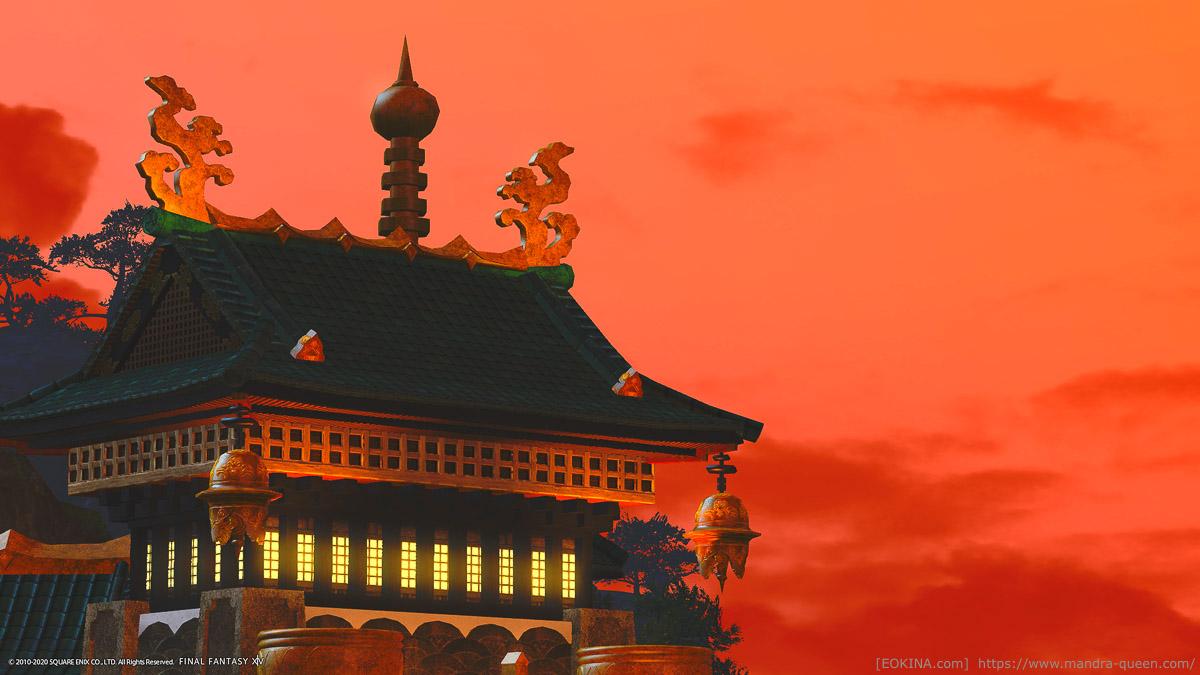 夕焼け背景のアパルトメントの上層。精巧な作りが目を引く。