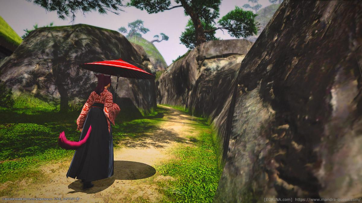 シロガネの秘湯「白雲之湯」に向かう小道。番傘をさし、東方女学生衣装を着たミコッテの後ろ姿。
