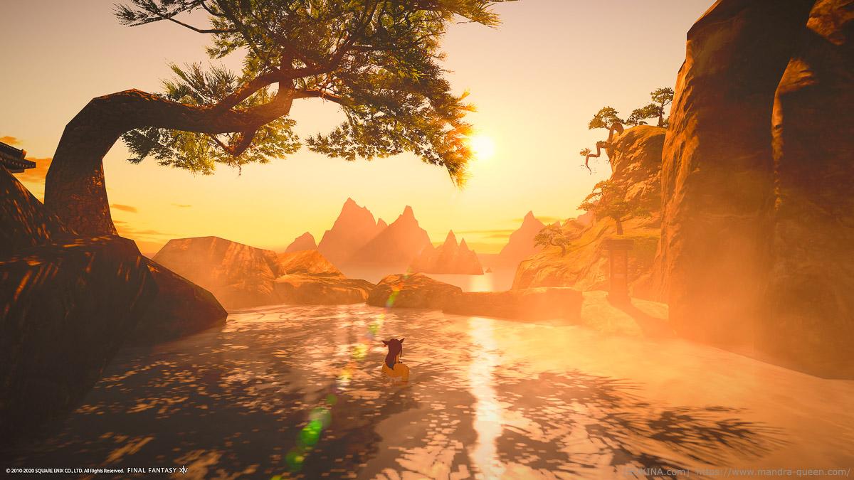 シロガネの絶景を堪能できる温泉「白雲之湯」。日が傾き光と湯煙が輝いている。