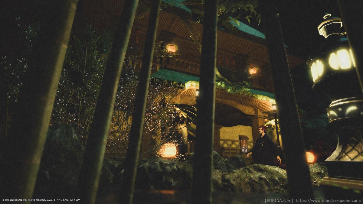 夜のシロガネの和風の庭で竹林の陰から家を撮影したスクリーンショット。