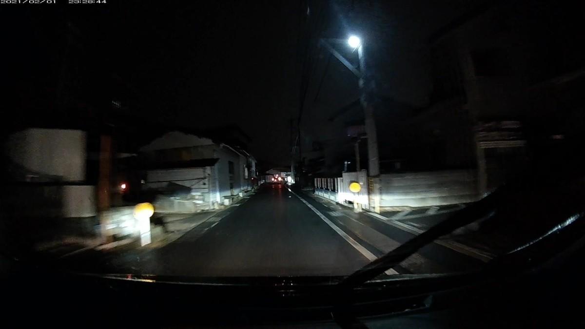 1600mの地点。ナンバープレート照明灯が片目の白アクアが、すぐにわき道に逃げられるタイミングで、敵方に都合の良い現れ方をした。