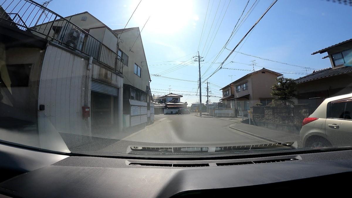 自宅集落出口が視界に入った途端にそこを通った最初の遭遇車が、いきなりお約束の嫌がらせ、赤塗色で