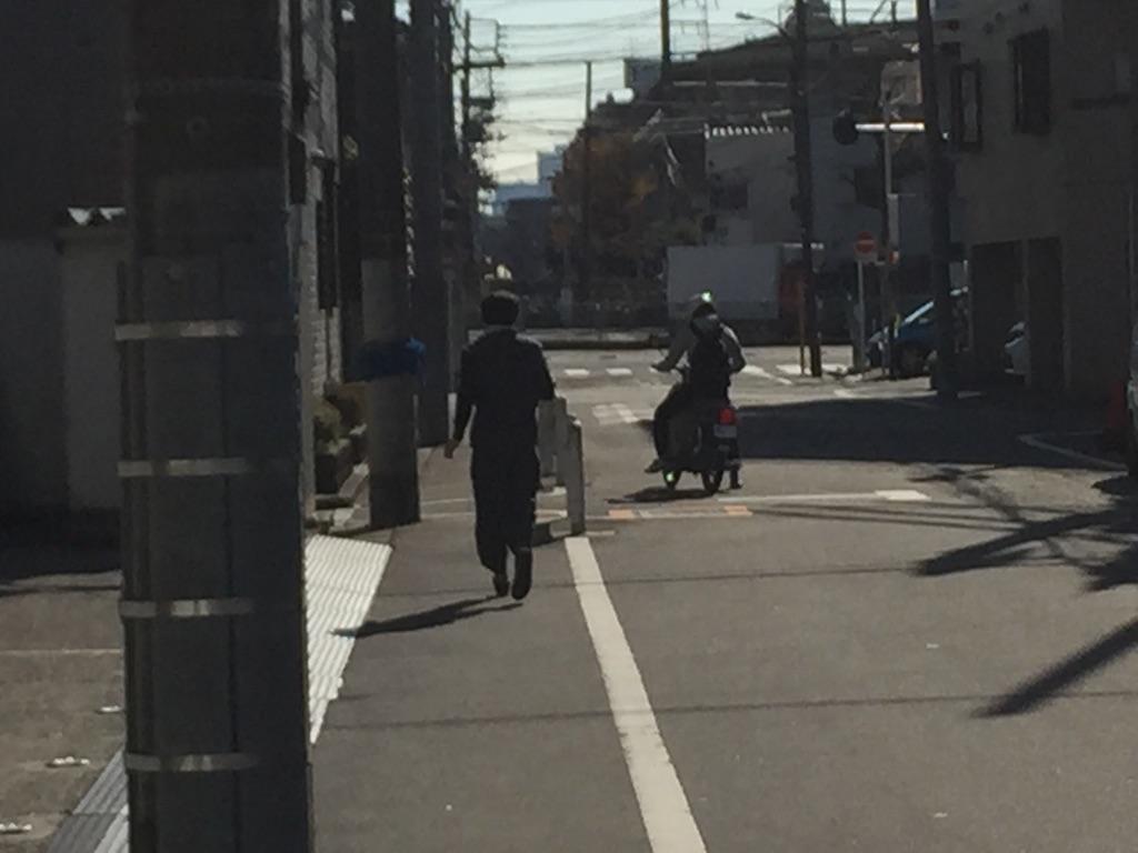 バイクを追いかけるスタッフ(笑)