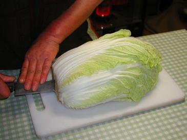 下から3分の1くらいにだけ包丁を入れる白菜