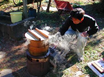 釜にセイロを乗せてもち米を蒸かす