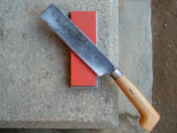 研ぐ際の砥石と鉈の角度