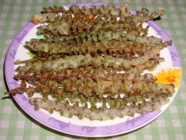 生の穂紫蘇に衣を付けて天ぷら・軸まで食える