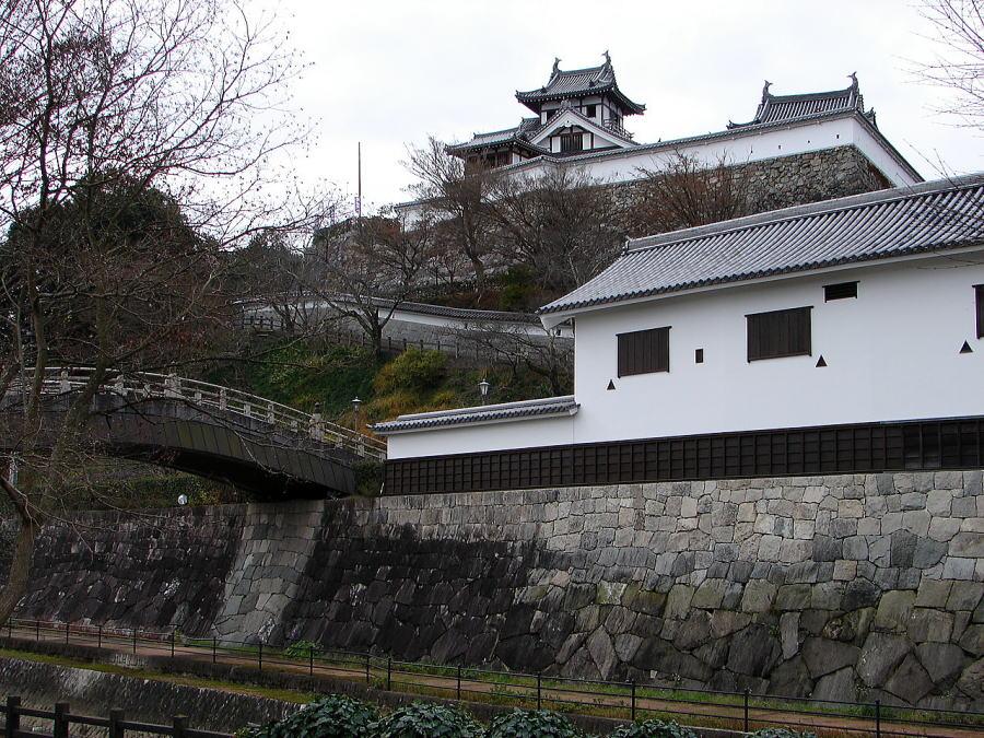 福知山城東側の福知山城公園の一郭・親水公園から本丸に復元された望楼型天守を望む