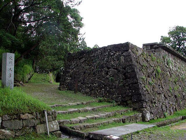▲堀合門跡と「はね出し石垣(石垣上)」