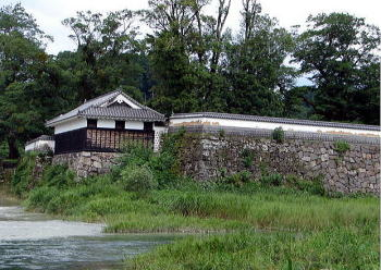 球磨川とその支流の胸川の合流点に建つ角櫓。