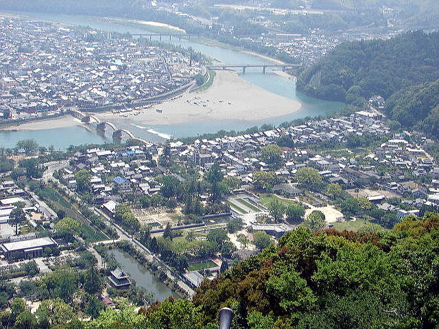 城山(横山)から望む錦帯橋と山麓の藩主居館・武家屋敷跡
