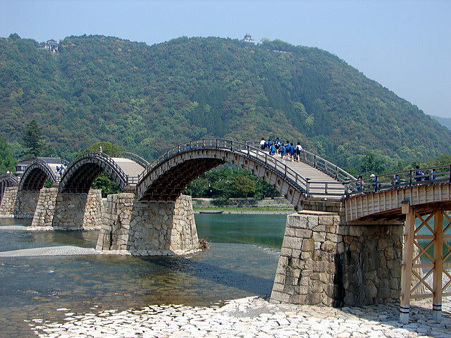 錦川に架かる錦帯橋と城山(横山)