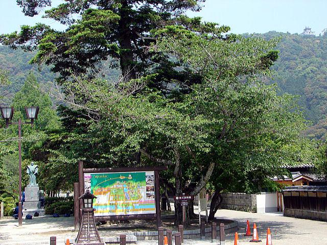 武家屋敷・居館跡 写真左の像は、3代藩主吉川広嘉像(錦帯橋を創建)