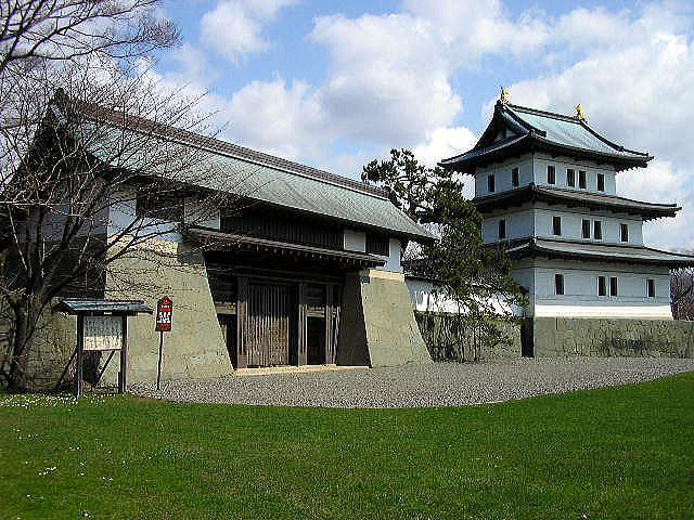 ▲本丸御門(屋根が切妻造の櫓門)と再建された層塔型天守