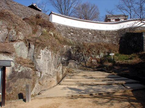 鐙坂(あぶみざか)  古橋口から二之丸へと続く折れ曲がった登城道。