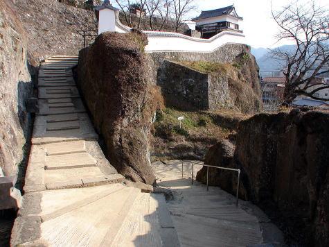 鐙坂の途中から望む畳櫓(現存櫓)