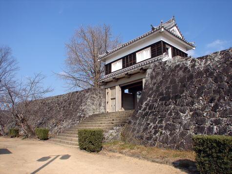 平成13年に復元された大門(だいもん)櫓