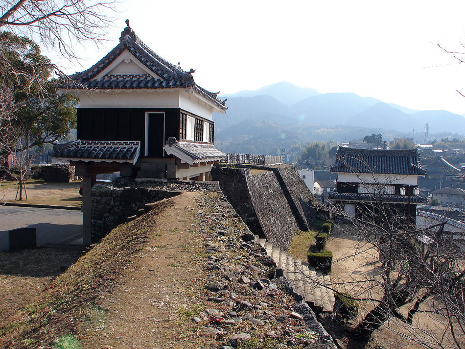 大門櫓(左)と畳櫓(右)