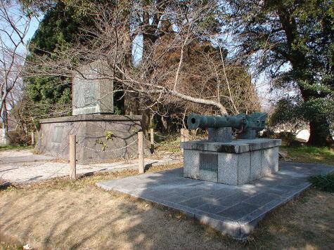 宗麟候レリーフと国崩(くにくずし)の大砲(復元品)