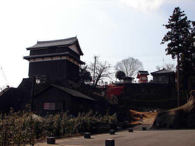卯寅口門脇櫓と右後方は卯寅稲荷神社