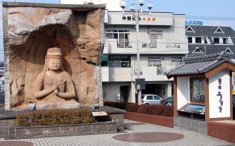 JR臼杵駅前の臼杵石仏のレプリカ