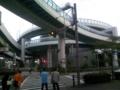 ビルを中心にぐるぐる回るのは名古屋高速・黒川IC