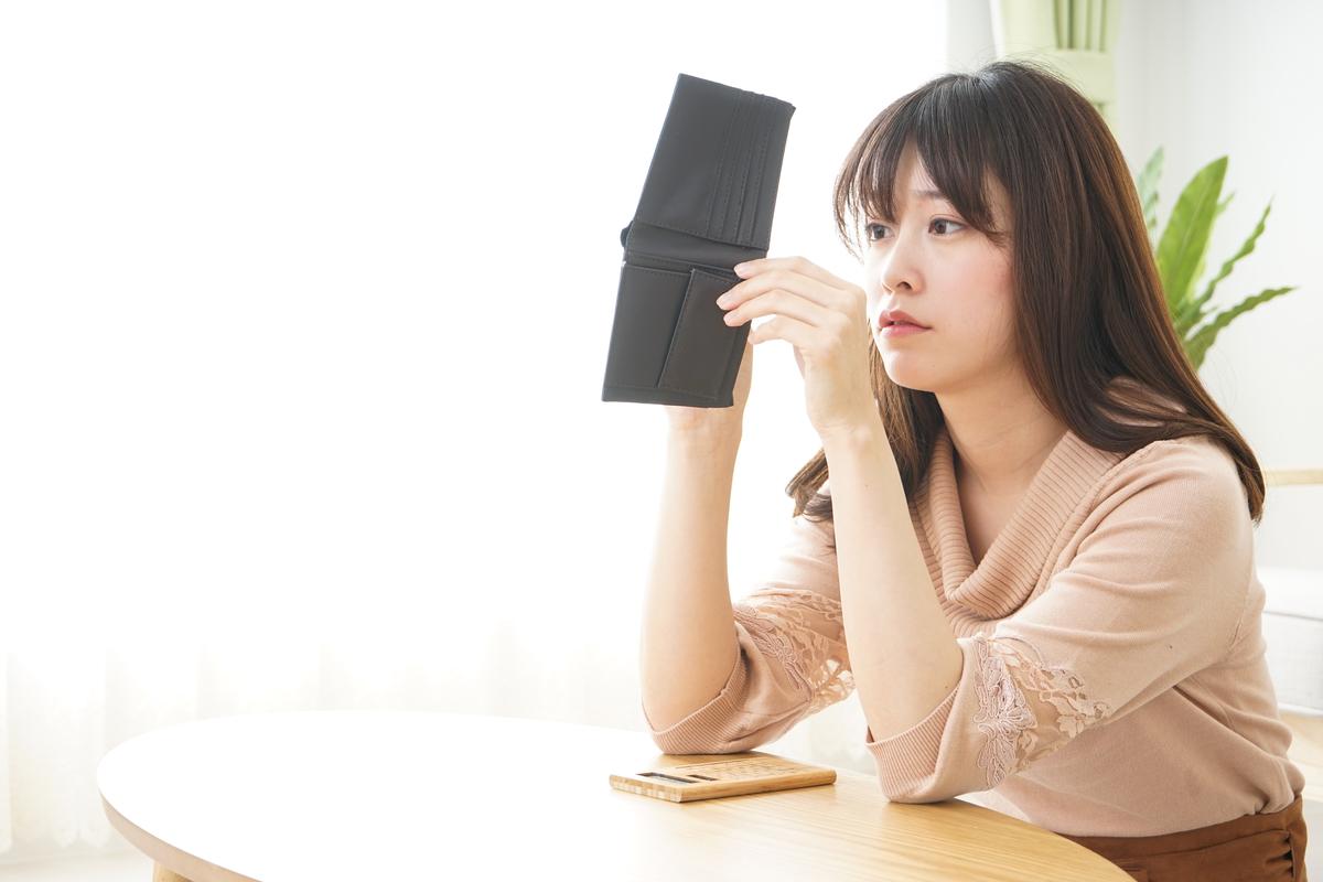 財布の中身を気にする女性