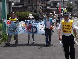 水巻町入りする平和行進団(2)