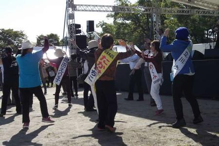ステージの演奏に合わせて踊る候補者たち