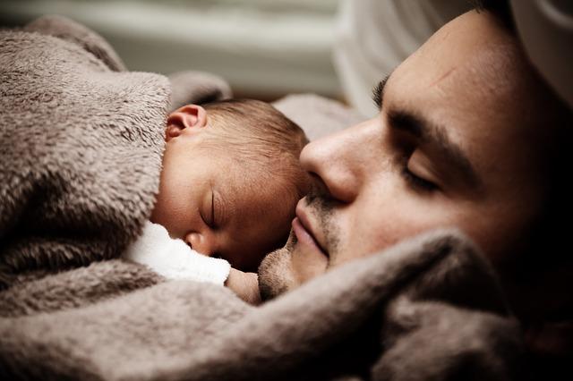 寝転がり、お腹の上に赤ちゃんを置く