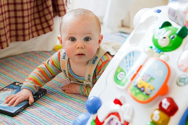 両手を伸ばしてどんどん動く生後7ヵ月から8ヵ月の赤ちゃんの成長