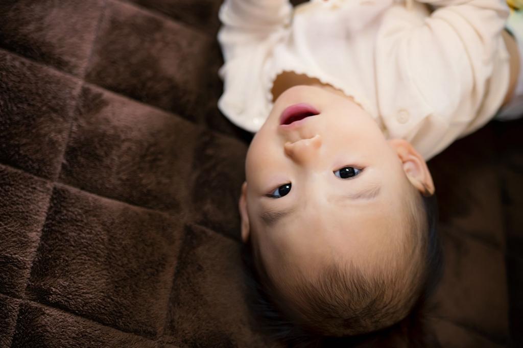 好奇心旺盛で離乳食の準備が始める生後4ヵ月から5ヵ月の赤ちゃんの成長