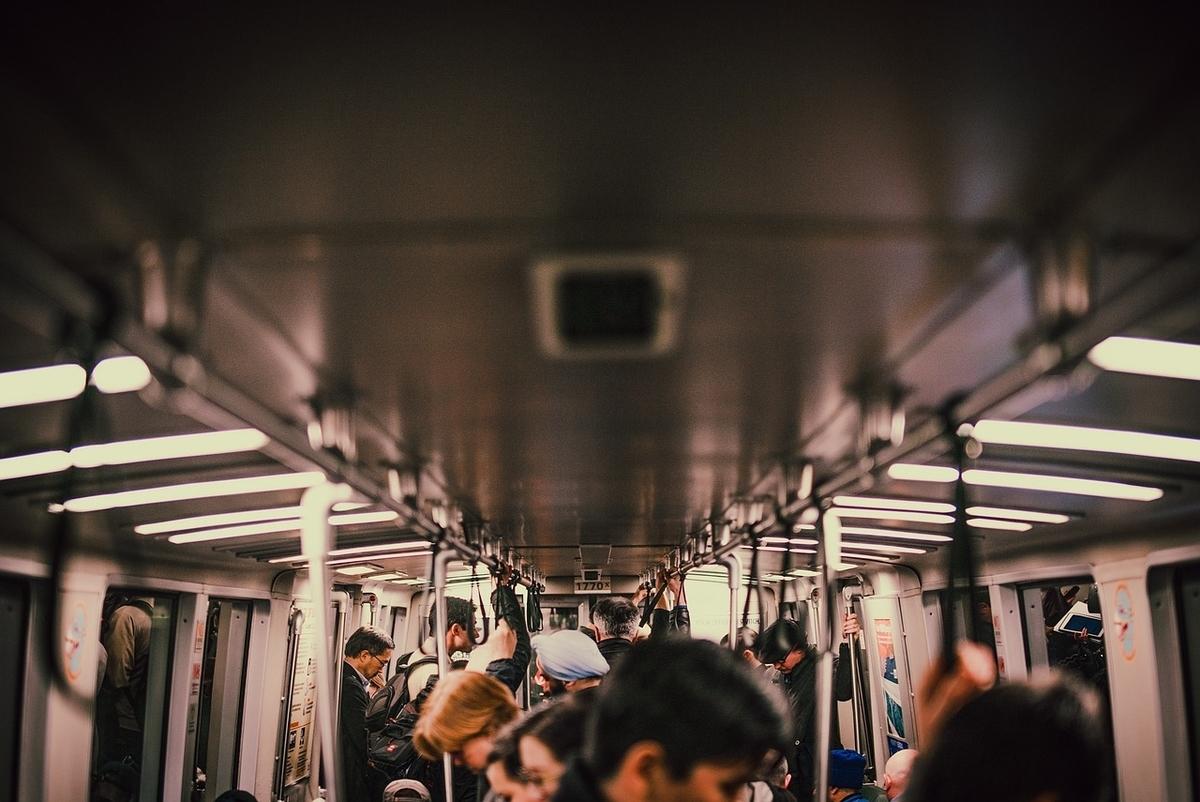 電車で座らずに立つ