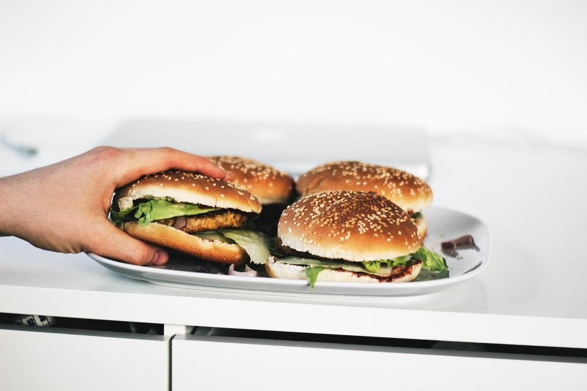 運動や筋トレの邪魔をする【食べ過ぎ】のデメリットと対策