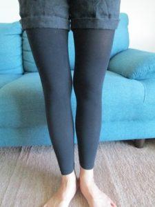 ビレッグを履いた女性の脚を写した写真