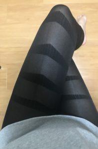 マジカルスレンダー を履いて椅子に座っている女性の脚