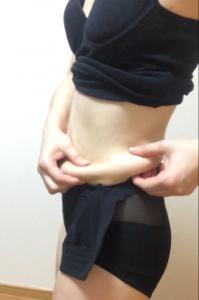 骨盤ショーツクリスチャンココを最後まで綺麗に履いていないときに、横のお腹の脂肪をつまんでいる写真。