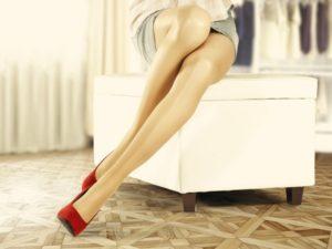 椅子に座る女性の美脚