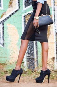 膝丈のスカートを着て街中を歩く、オシャレな美脚女性の脚部