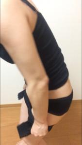 骨盤ショーツクリスチャンココの履き方を説明している写真①